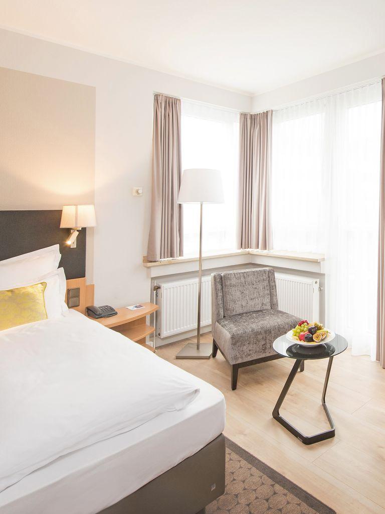 Mercure-Koeln-Belfortstrasse-Apartment-Bettansicht-mit-Tisch